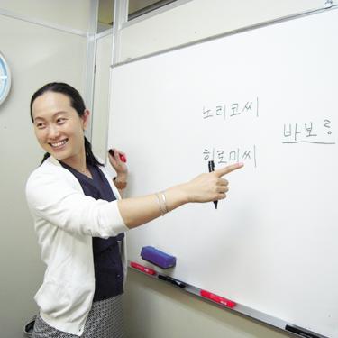 韓国語を教えている講師